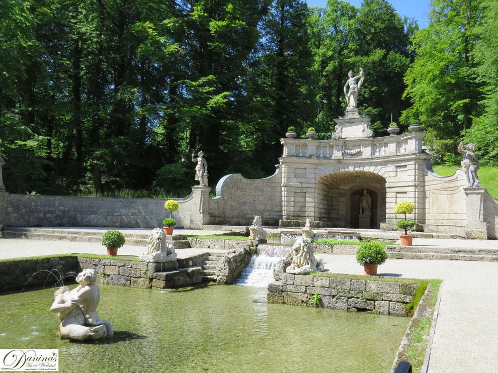 Sternweiher mit Mosaiktreppen, Löwen, Steinböcken und kämpfenden Tritonen - Hellbrunner Wasserspiele, Salzburg.