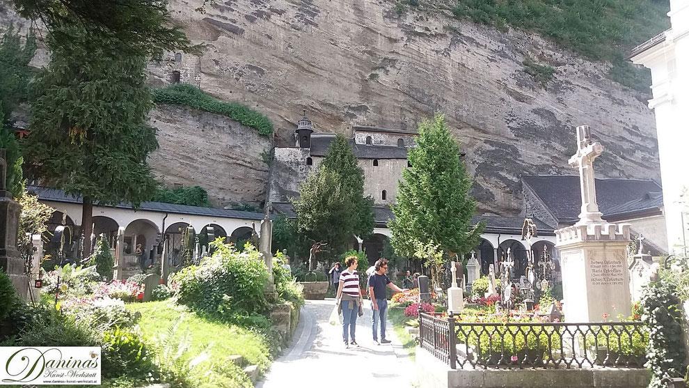 Salzburg, Arkaden mit Familiengrüften und Katakomben im Friedhof St. Peter