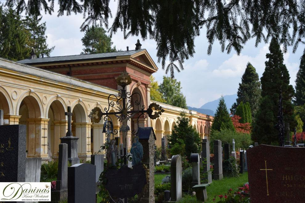 Ehrwürdige Ziegelmauern und Arkaden rund um den schönsten Friedhof und Erholungsraum Salzburgs.