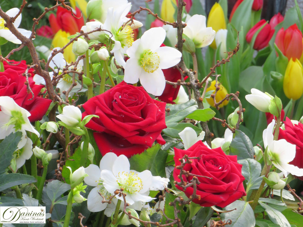 Grabgestaltung Frühling mit roten Rosen, Tulpen und weißen Schneerosen