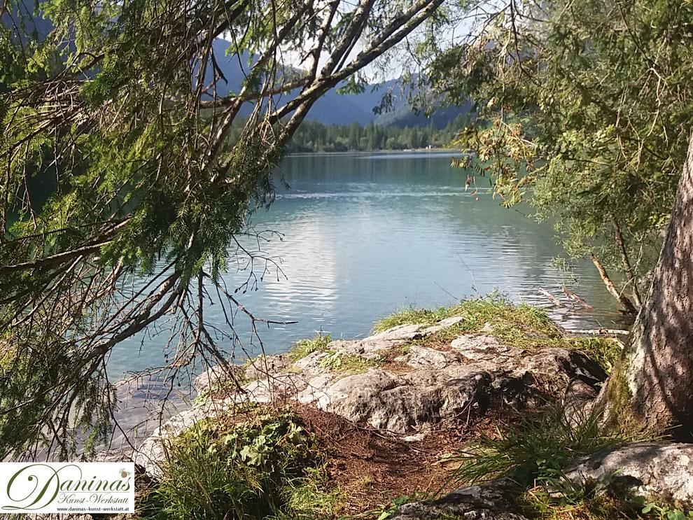 Harmonie in der Natur. Zauberwald am See.