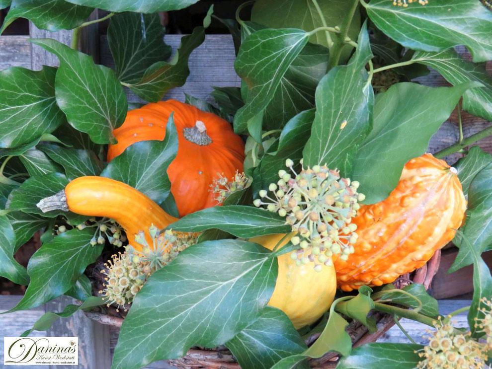 Herbstdeko für draussen mit Kürbissen und Efeu