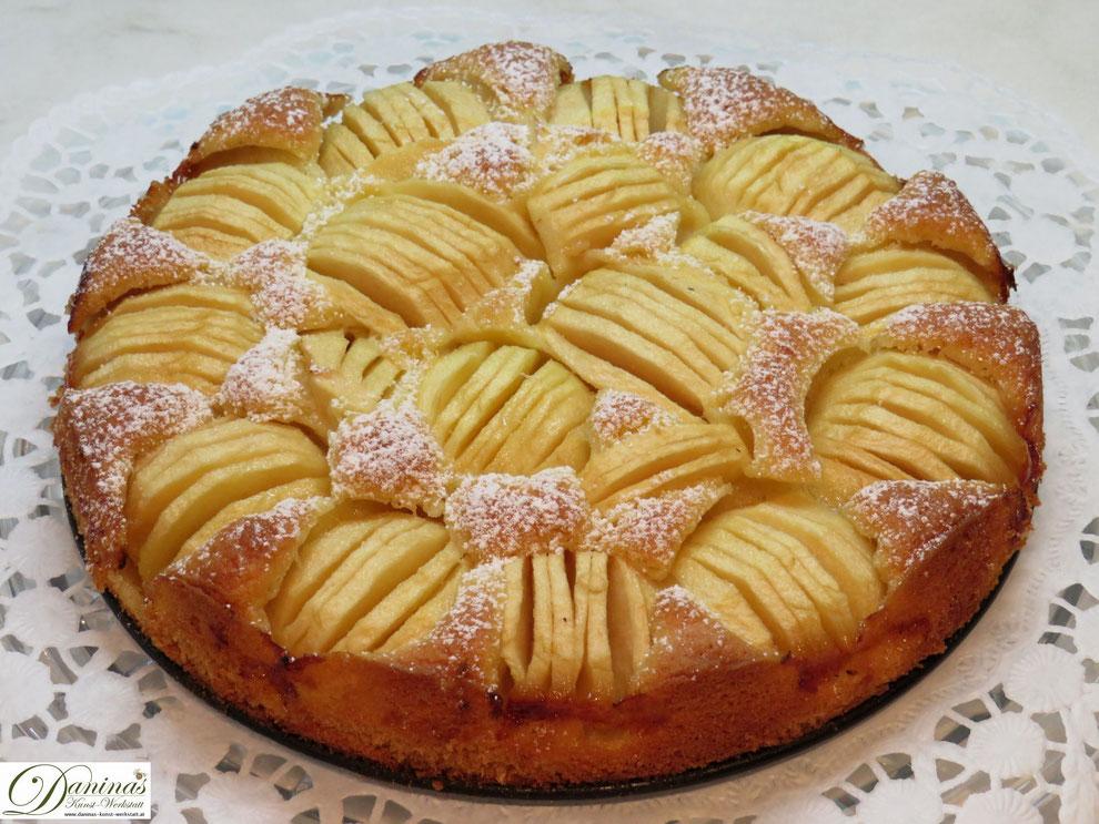 Feiner Apfelkuchen mit Puderzucker bestreut