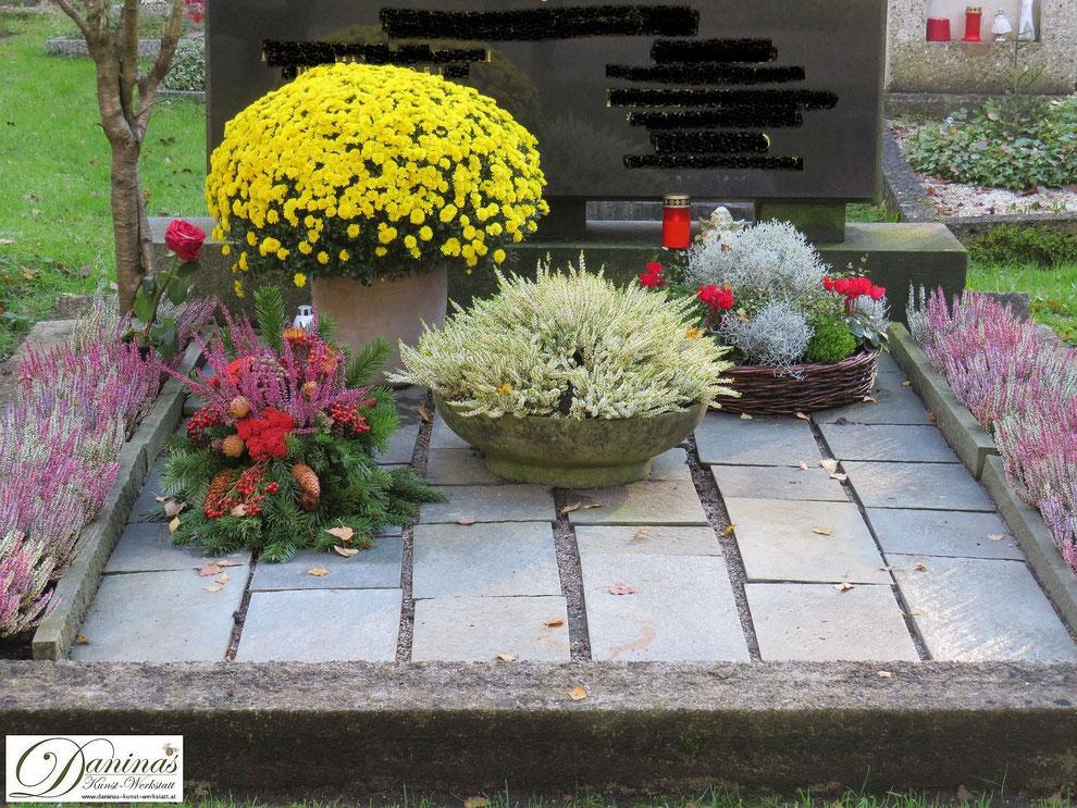 Mustergrab im Herbst: Doppelgrab mit Blumenschalen und Allerheiligen Grabgesteck