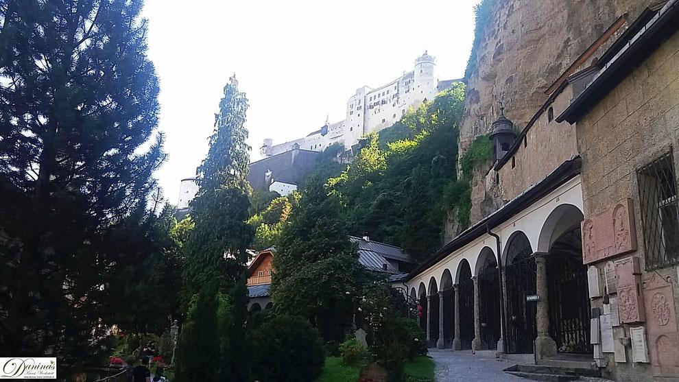 Salzburg, die Arkaden am Friedhof St. Peter. Im Hintergrund des Festung Hohensalzburg.