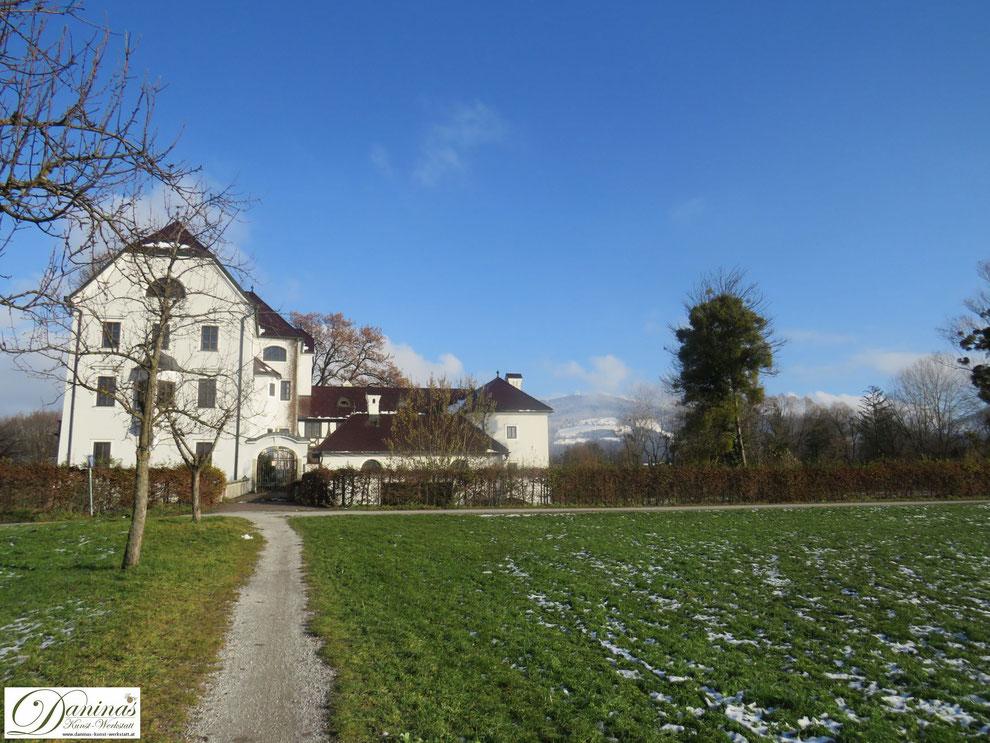 Schloss Freisaal und schneebedeckter Gaisberg
