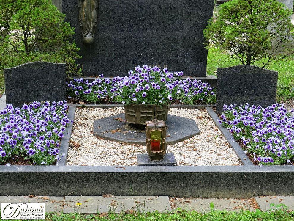 Grabbepflanzung Frühjahr - Doppelgrab mit blauen Stiefmütterchen und Steinen