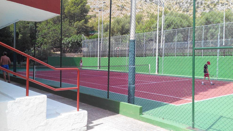Tennisplatz. Die Benutzung ist für Mieter inklusive.