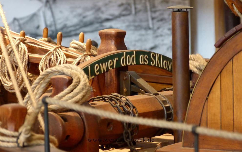 Spruch auf einem Ewer auf Plattdeutsch: Lewer dod as Slav (Übersetzung: Lieber tot als Sklave)