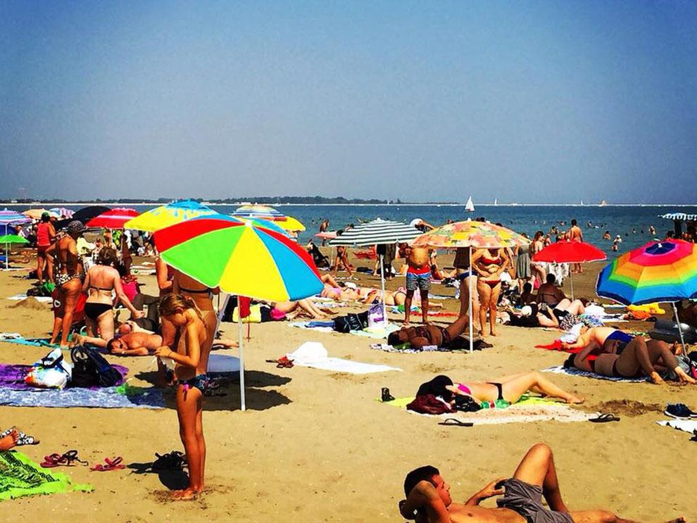 Sorgloses Bräunen am Strand sollte nie ohne Schutz stattfinden
