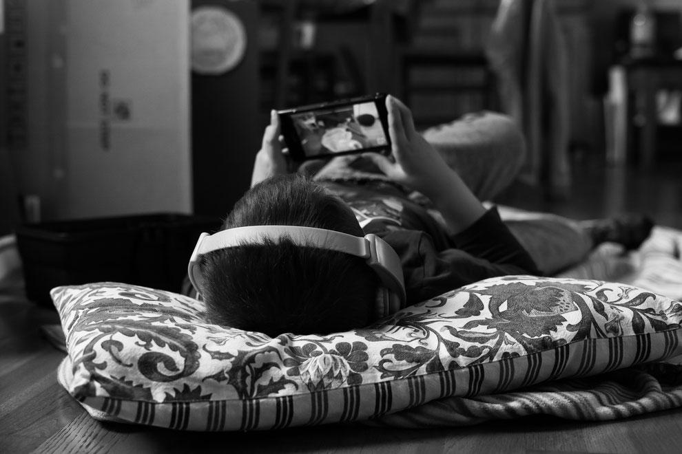 Parfois, Bastien ressent le besoin de s'isoler et de s'évader... Difficile quand on ne lit pas encore bien de le faire dans les livres, mais les audiobooks aident bien.