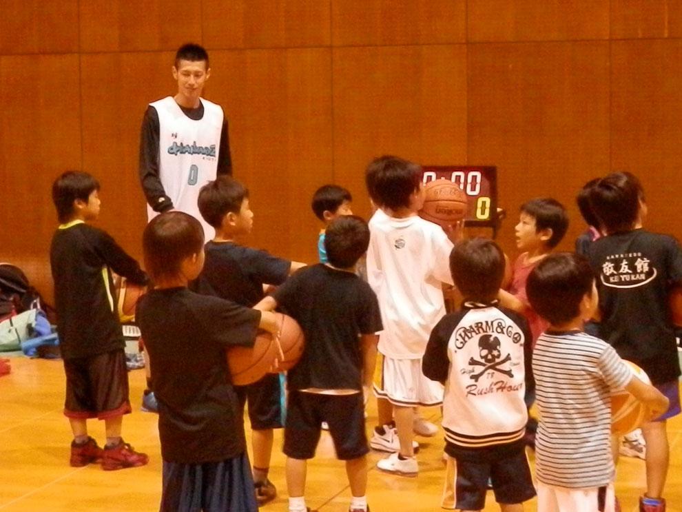 宇治でバスケットボールの習い事をするなら太陽が丘。当スクールでは、チーム強化だけでなく、個人のスキルアップを中心に育成を行います。コミュニケーションスキルの指導行っていくことで、社会に必要な力を養います。