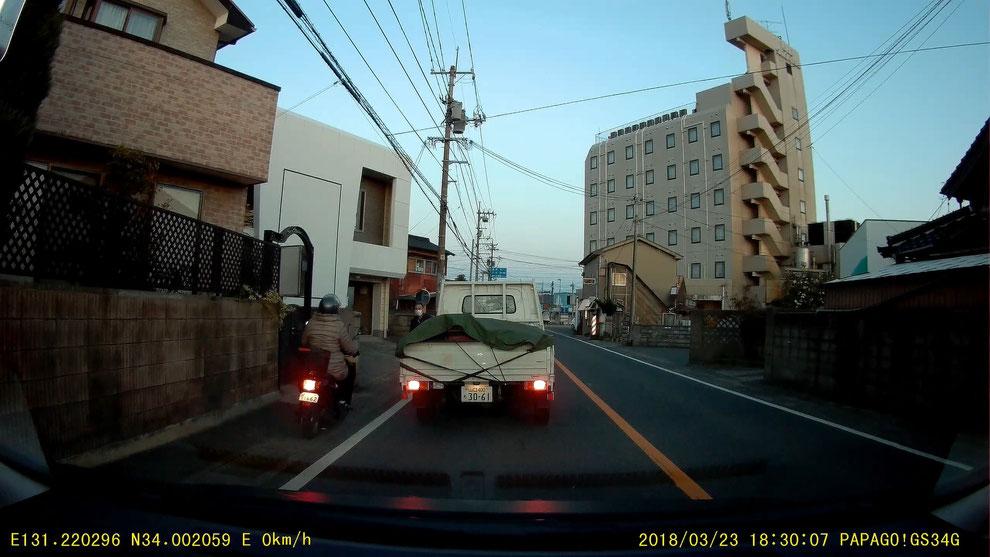 VID_20180323_182908_【危険】原付バイクが路側帯を走行し、歩行者と衝突事故を起こしそうになる 1662 道路交通法違反【ドラレコ】