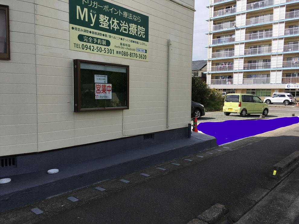 建物の右隣の三角▲地帯が駐車スペースです