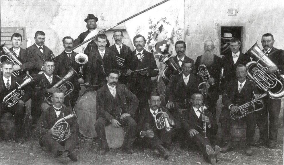Musikgesellschaft 1909 mit der Fahne von 1895