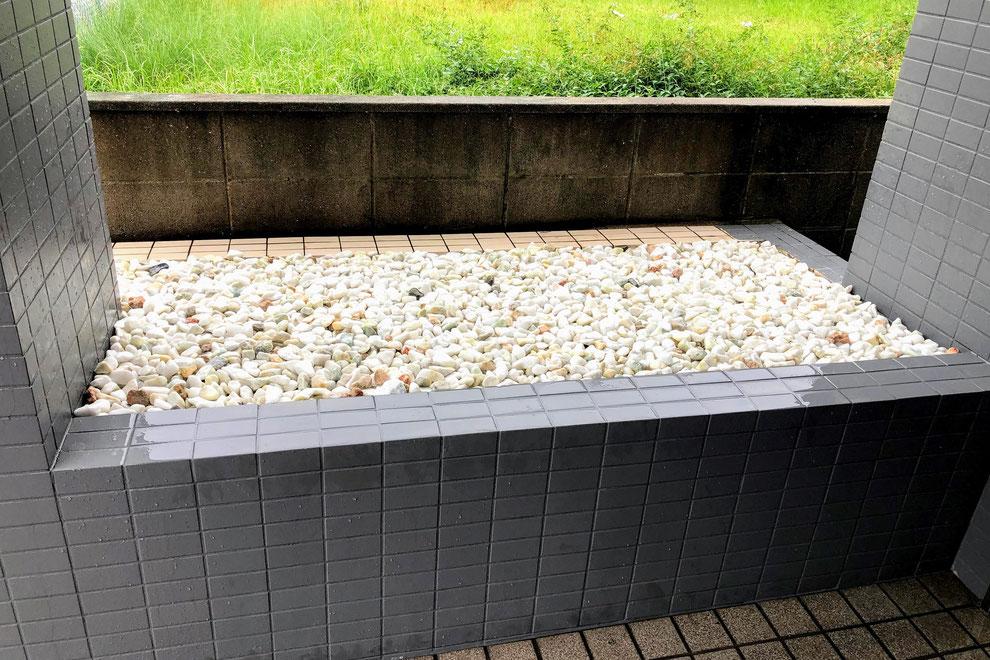 防草シート + 玉砂利敷き