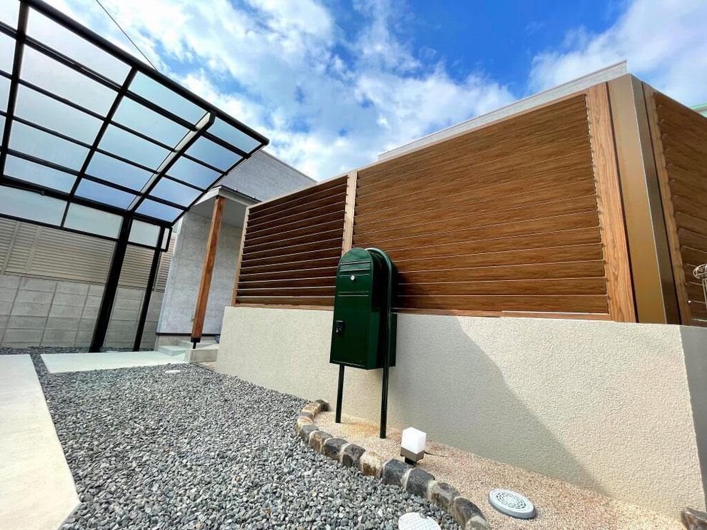 オシャレで機能性の高い可動ルーバーフェンスとローメンテナンスなお庭