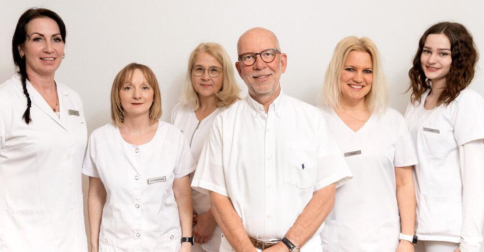 Praxisteam-Privatarztpraxis-Dr-Gepp-Darmstadt_07_2019, fünf Frauen und ein Mann