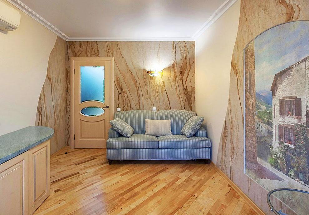 Фотография интерьера кабинета, в отделке стен которого использован каменный шпон