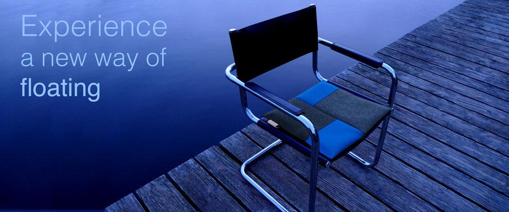 Ergonomisches Sitzkissen Bürostuhl Pad: FLOWMO in blau auf Stuhl am Wasser