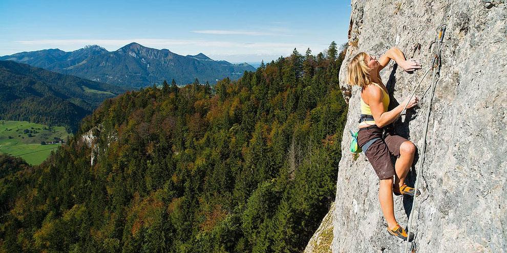 Patricia Lihs klettert »Peterchens Flugreise« (7a+) an der Hochwand bei Oberwössen | © Bernhard Thum