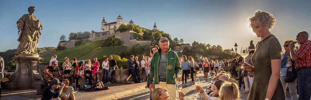 Franken, Heimat des Frankenweins und Silvaners. Lebensstimmung auf der Würzburger Alten Mainbrücke
