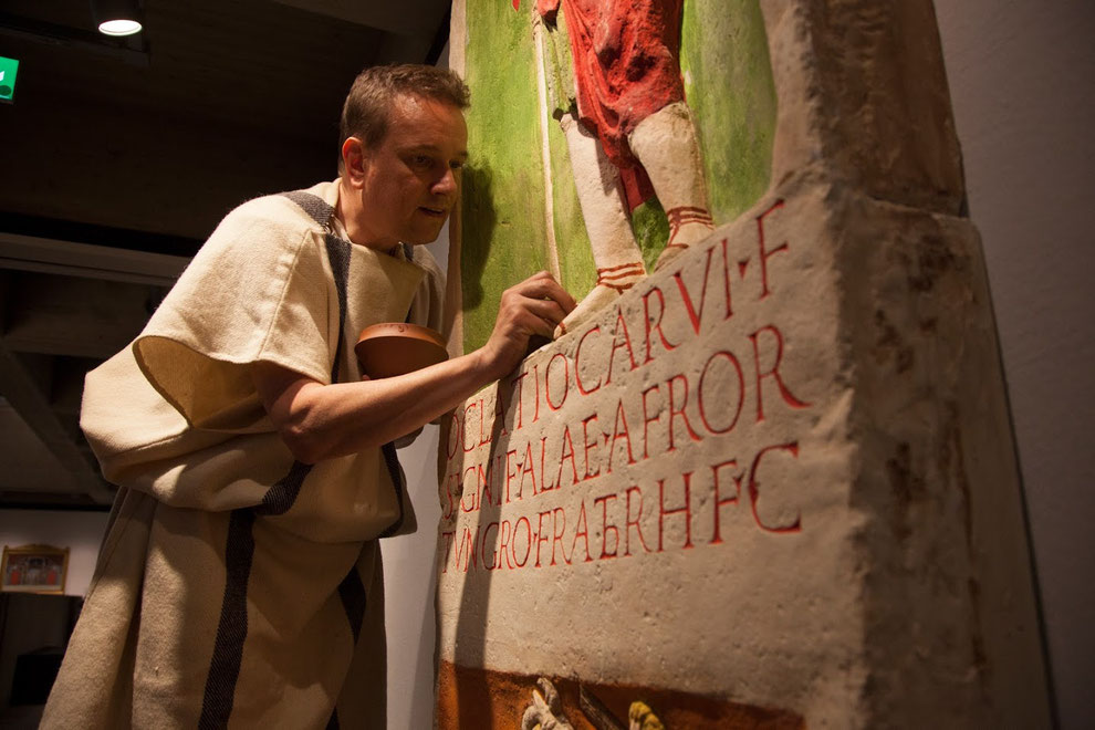 Jan malt die Schuhe eines Reliefbilds eines römischen Grabsteins.