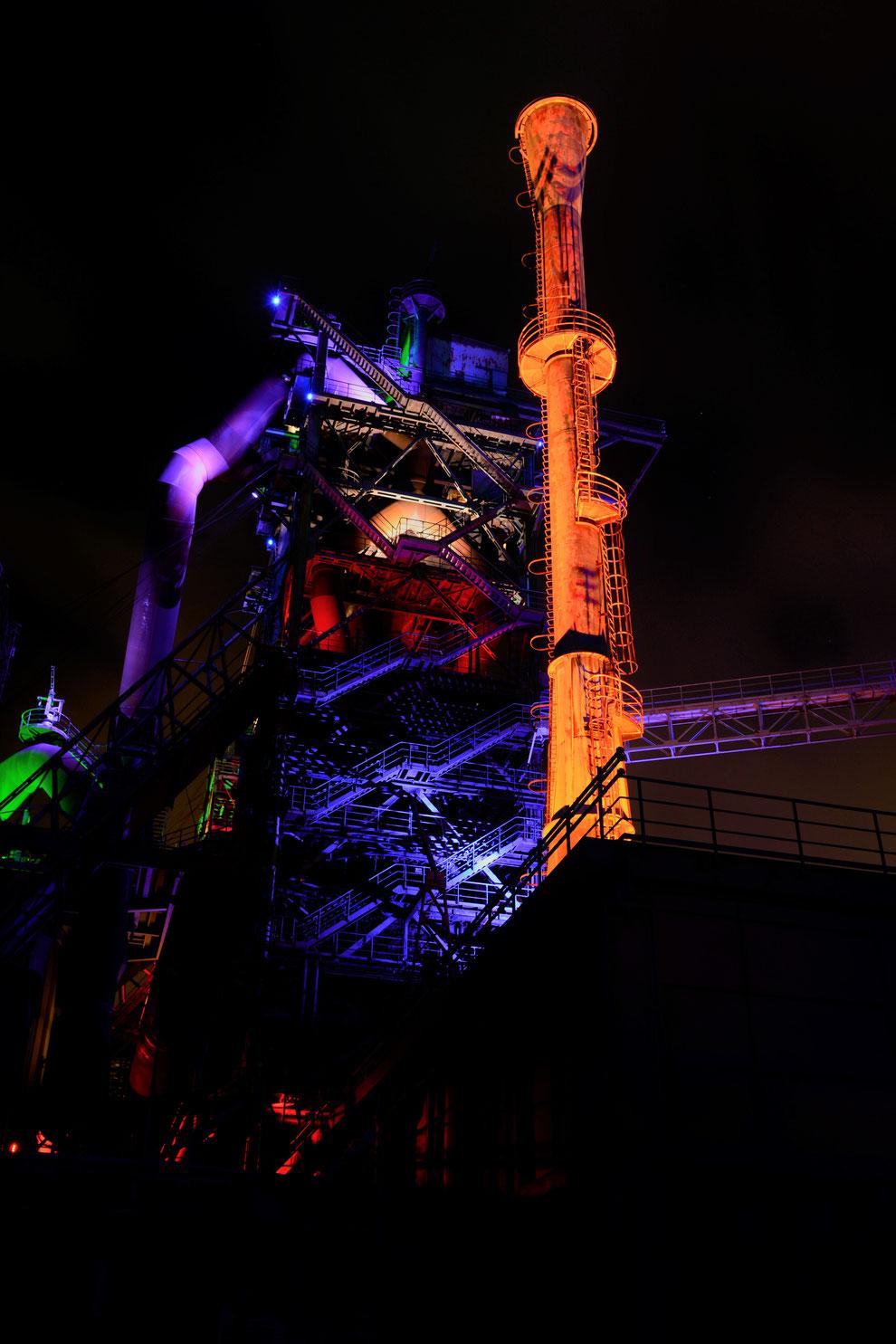 Das alte Stahlwerk ist tagsüber schon imposant, mit der Beleuchtung aber ist es der Wahnsinn!
