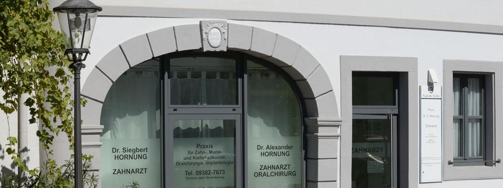 Eingang der Zahnarztpraxis Dr. Hornung in Gerolzhofen