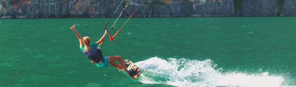 Action Kiteaufnahme vor der Felsen am Gardasee mit waterproofworld Kite Team
