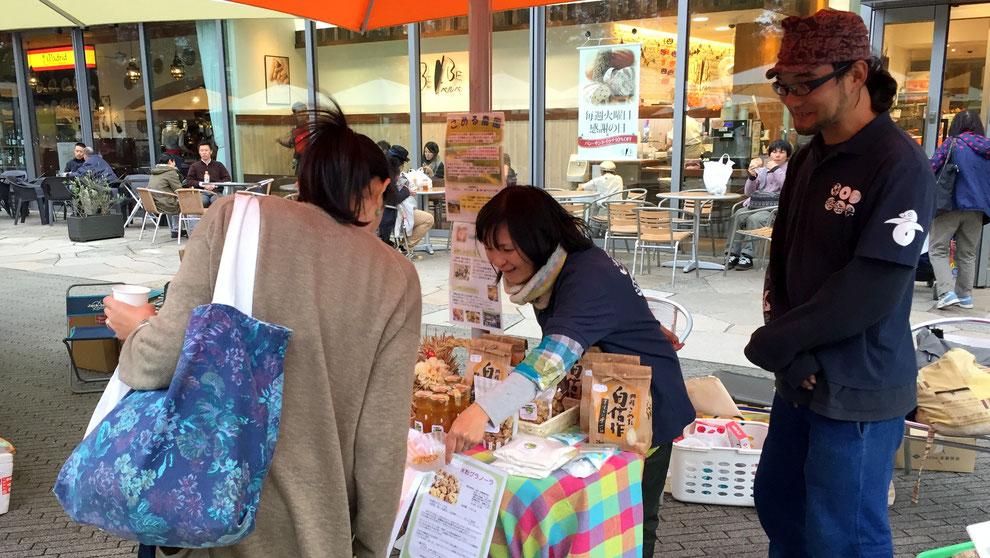こめる農園∞こめる食堂の大島孝仁さんと、誠子さん。循環農法の話に、お客さんも興味津々。「土地が私たちを認識してくれて、大地と一緒になれるんですよ。」と、大島さん。
