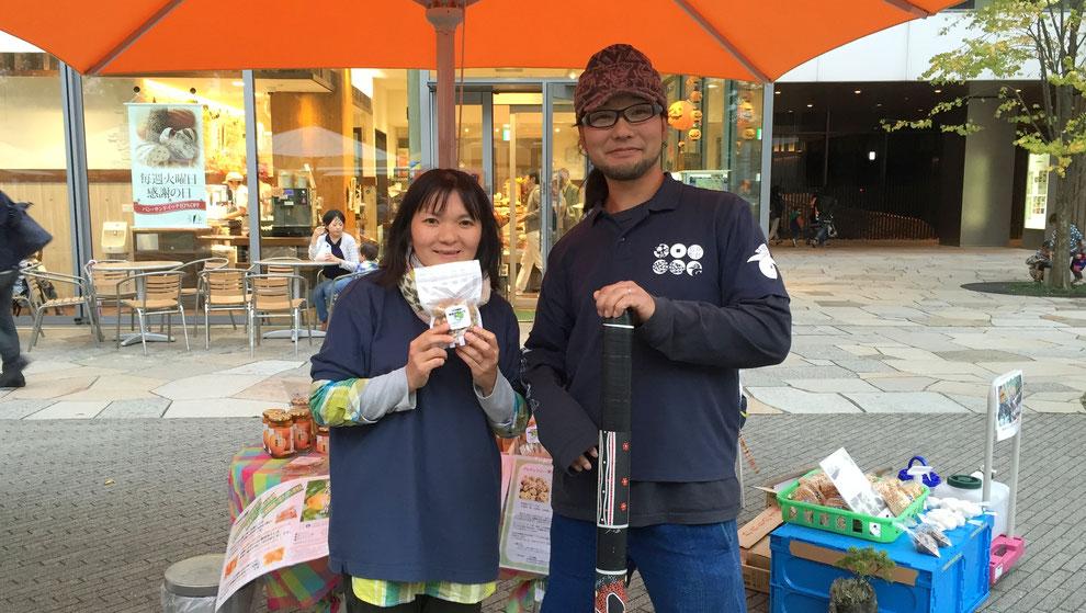 こめる農園∞こめる食堂の大島孝仁さんと、誠子さん。「太陽、大地、空気…生きとし生けるものとつながっている、生きている喜びあふれるお米たちです!」