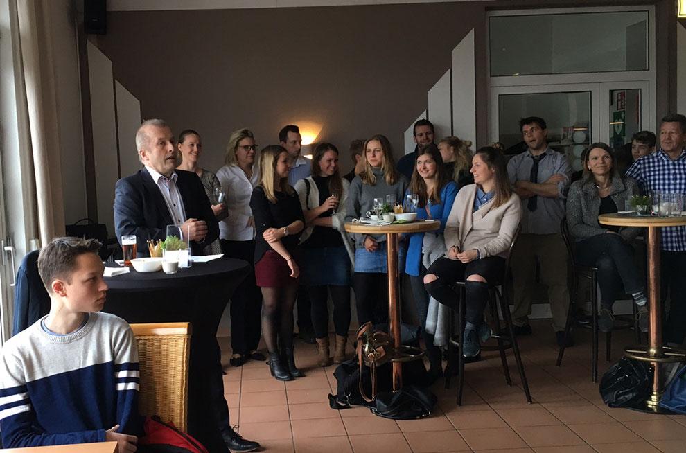 1. DSC-Vorsitzender Rolf Schöwe (2. von links) begrüßt alle anwesenden Clubmitglieder beim Neujahrsempfang 2017