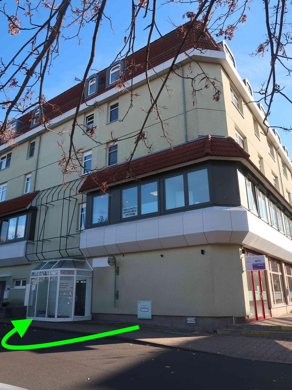 Der Eingang zu AOZ befindet sich auf der Rückseite des Gebäudes (neben Diakonie Tagespflege). Bitte klingeln und entweder die Treppe oder den Aufzug in das erste Obergeschoss benutzen.