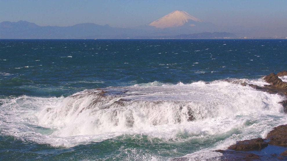 3  .   世界の自然遺産   日本  神奈川  三浦半島 鎌倉 江ノ島 富士山 冬の波風景