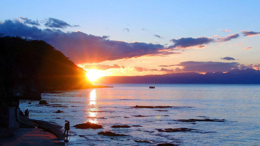 5  .  世界の自然遺産   日本  神奈川  三浦半島 鎌倉 江ノ島 富士山   冬の夕暮れの波 風景