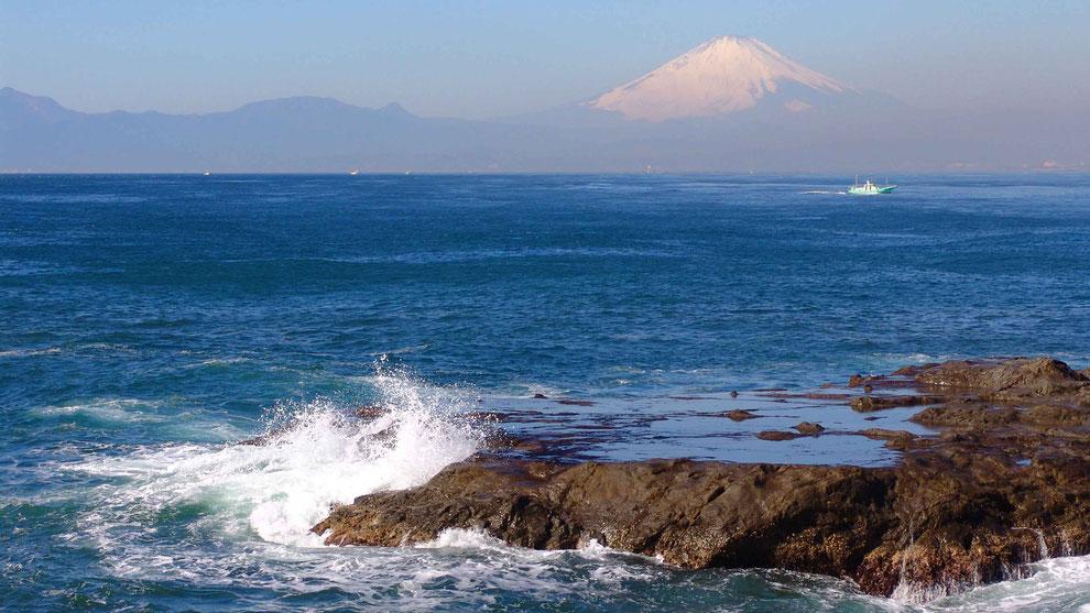 1  .   世界の自然遺産   日本  神奈川  三浦半島 鎌倉 江ノ島 富士山 冬の波風景