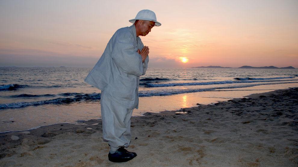 한국의 화합과 참평화 통일을 기원합니다    대천해변에서 우룡스님