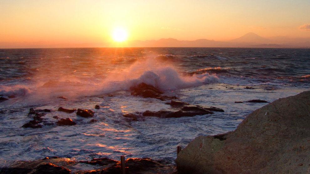1  .  世界の自然遺産   日本  神奈川  三浦半島 鎌倉 江ノ島 富士山   冬の夕暮れの波 風景
