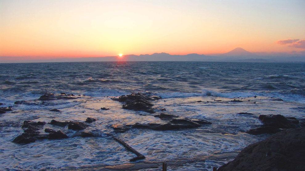 世界の自然遺産   日本  神奈川  三浦半島 鎌倉 江ノ島 富士山   冬の夕暮れの波 風景