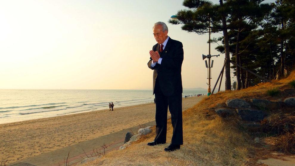 한국 평화통일의 기도를  하시는 이근우선생