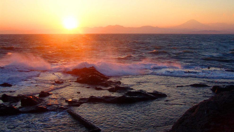 2  .  世界の自然遺産   日本  神奈川  三浦半島 鎌倉 江ノ島 富士山   冬の夕暮れの波 風景