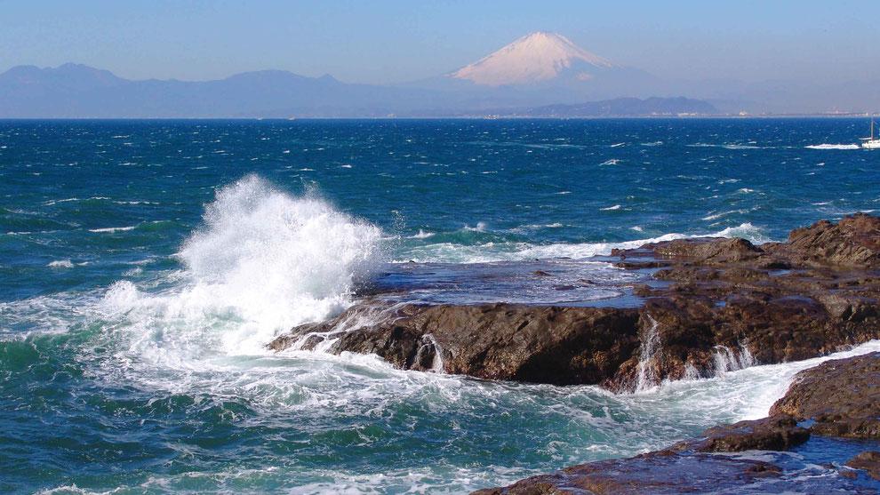 5  .   世界の自然遺産   日本  神奈川  三浦半島 鎌倉 江ノ島 富士山 冬の波風景