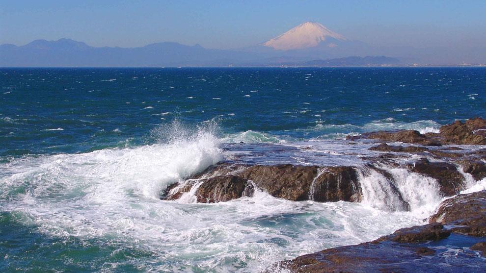 4  .   世界の自然遺産   日本  神奈川  三浦半島 鎌倉 江ノ島 富士山 冬の波風景