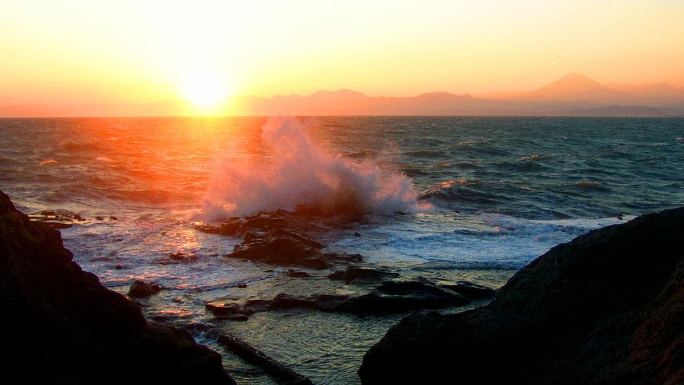 3  .  世界の自然遺産   日本  神奈川  三浦半島 鎌倉 江ノ島 富士山   冬の夕暮れの波 風景