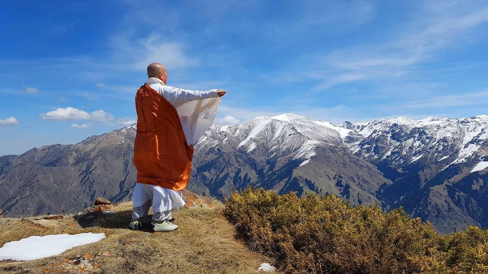 天山天池    세계평화를 기원하며 참정성을드리는 우룡스님