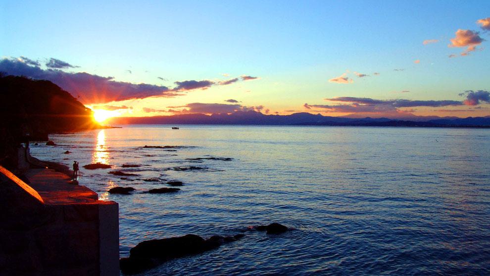 4  .  世界の自然遺産   日本  神奈川  三浦半島 鎌倉 江ノ島 富士山   冬の夕暮れの波 風景