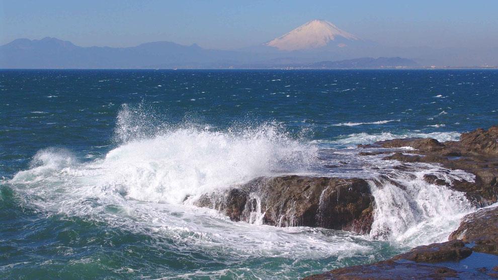2  .   世界の自然遺産   日本  神奈川  三浦半島 鎌倉 江ノ島 富士山 冬の波風景