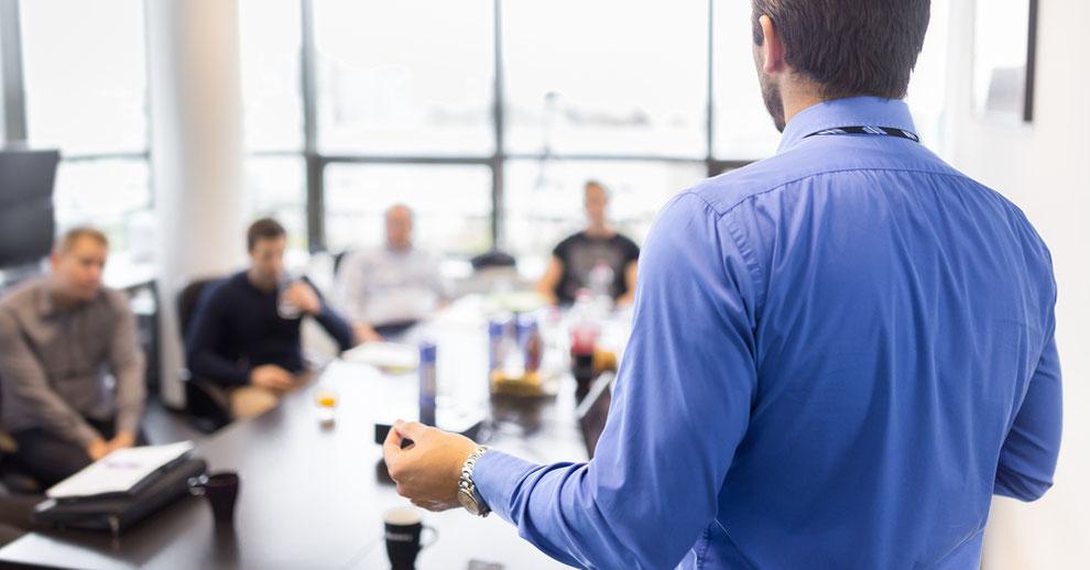 Wozu Mitarbeitergespräche führen? Wie sein Team als Führungskraft steuern? Erfahren Sie mehr darüber beim Seminar für Unternehmer.