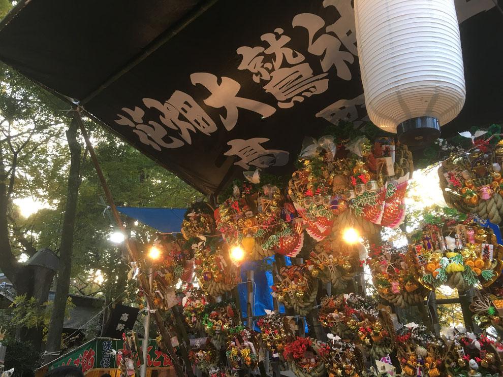 酉の市の立派な熊手がたくさん並んでいます